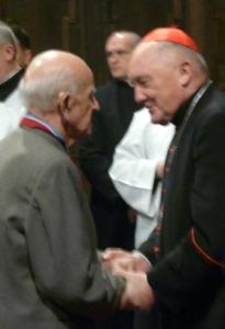 Brat Eugeniusz otrzymuje odznaczenie od JE kardynała Nycza